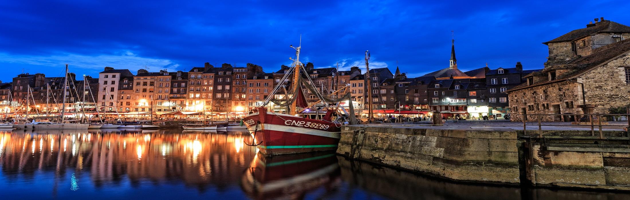 Honfleur, ville portuaire  Port de pêche L'avant-port est réservé à la flotille de pêche qui s'amarre le long de ses quais et y décharge la 1
